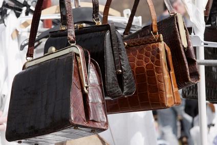 Gebrauchte Handtaschen zum Verkauf auf dem Flohmarkt.