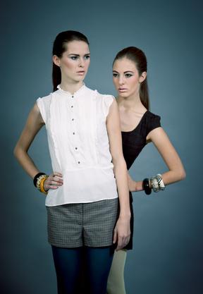 zwei attraktive junge brunette frauen mit modischer kleidung