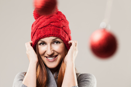 Glückliche Frau mit roter Mütze